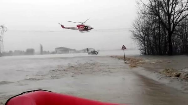 Travolti dal fiume in piena: residenti e carabinieri salvati dall'elicottero | VIDEO