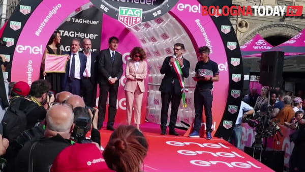 Il Giro d'Italia sotto le Due Torri: la partenza\VIDEO