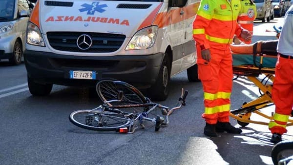 Incidente in via dell'Arcoveggio, auto pirata investe ciclista