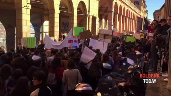 Studenti in massa scendono in piazza per il clima | VIDEO