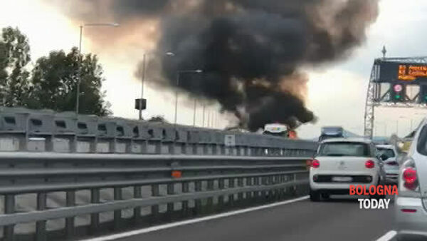 Incendio in autostrada, fiamme e fumo avvolgono camion: VIDEO