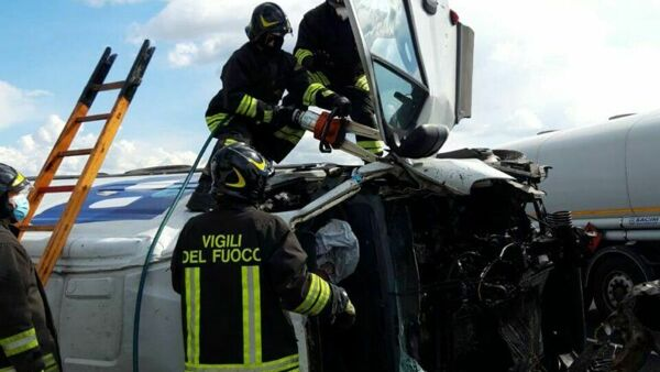 Incidente in A14, schianto tra due furgoni: un morto e due feriti