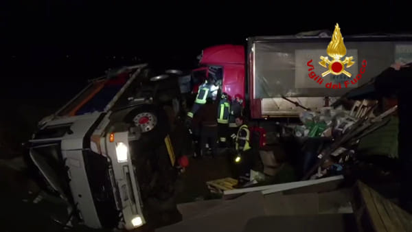 VIDEO| Incidente A14, spargisale contro camion, due feriti