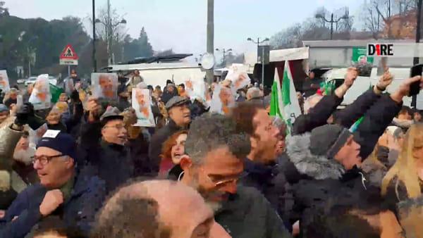 Salvini a Casalecchio: bar lo tiene fuori, poi la constestazione | VIDEO
