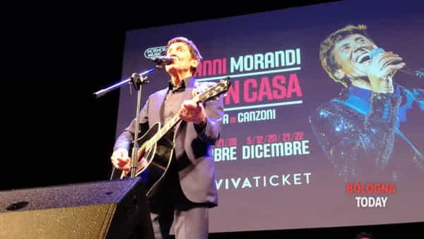 Gianni Morandi improvvisa un piccolo concerto davanti ai fan bolognesi