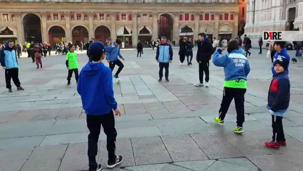 Calci ai tabù sull'epilessia: flash mob in piazza Maggiore | VIDEO