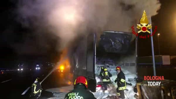 VIDEO |Incendio lungo la A1, feriti vigili del fuoco