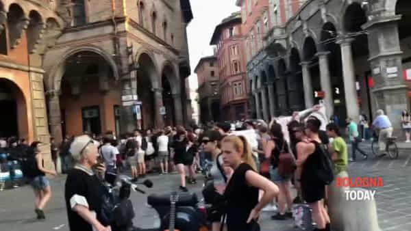 VIDEO| Protesta sotto le Torri: ingresso blindato, traffico bloccato