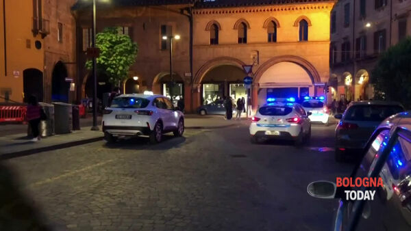 Polizia e municipale disperdono la folla in zona Universitaria | VIDEO