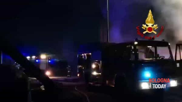 Incendio a Sasso Marconi, le immagini | VIDEO