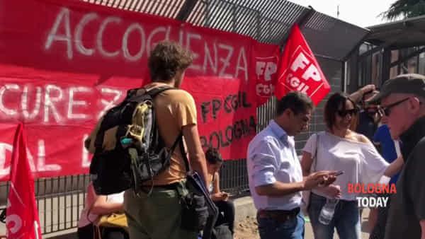Chiude hub migranti, presidio e proteste davanti al centro: 'Comune trovi soluzione' | VIDEO
