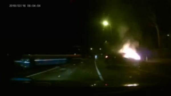 Incidente sulla Porrettana: auto a fuoco alla rotonda Borgonuovo