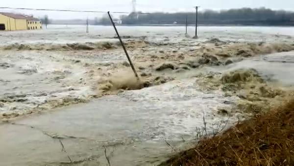 Fiume straripa, Malacappa inondata: incredibile furia dell'acqua | VIDEO