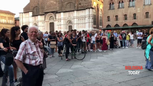 Sport, musica e yoga per Xm24: presidio 'giocoso' in piazza Nettuno|VIDEO