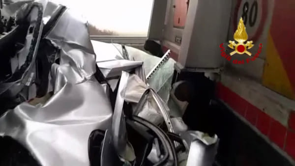 Incidente in A13: auto schiacciata in tamponamento con camion | VIDEO