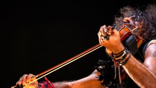 Il violinista Ara Malikian sul palco del Teatro EuropAuditorium