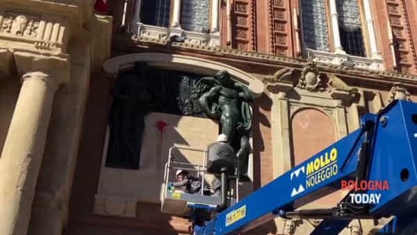 Monumento al re imbrattato, gli operai ripuliscono le statue | VIDEO