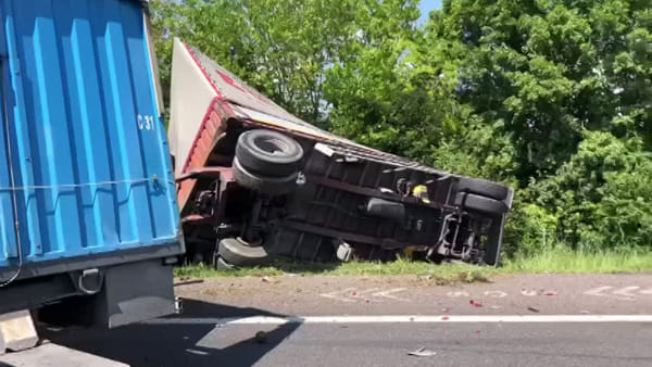 Incidente in A13: schianto tra camion, autostrada bloccata, traffico deviato | VIDEO