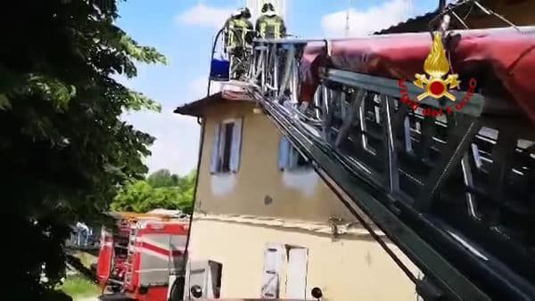 incendio a Baricella, anziana soccorsa nell'appartamento in fiamme | VIDEO