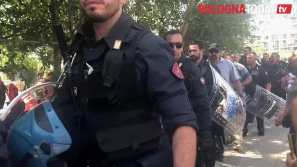 Sgombero Xm24, polizia, ruspa, fuochi e attivisti sul tetto: le immagini della giornata | VIDEO