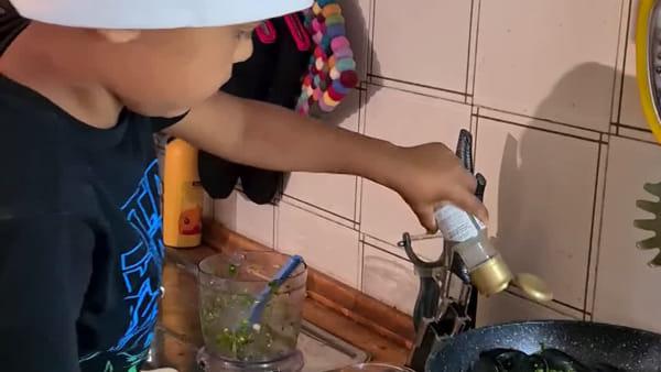 Le ricette di Noah: il 'mini-chef'prepara le cozze alla marinara/ VIDEO