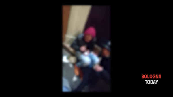 Via Petroni, consumano droga sul portone del condominio | VIDEO