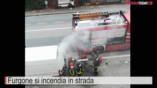 VIDEO| Furgone prende fuoco in strada