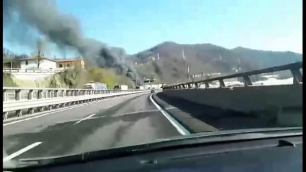 Incendio camion in autostrada| VIDEO