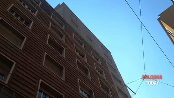 Via Lame, lastre pericolanti sul palazzo: le immagini | VIDEO