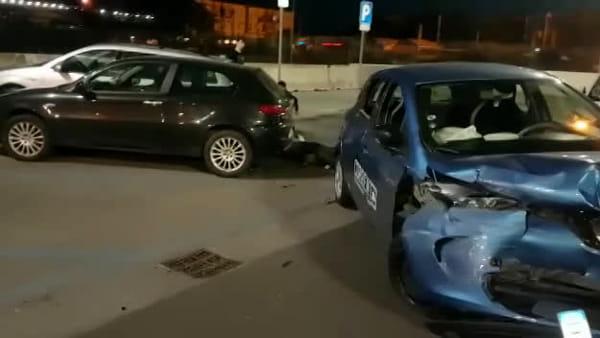 Carracci: schianto vs vetture in sosta, automobilista abbandona il mezzo e scappa | VIDEO