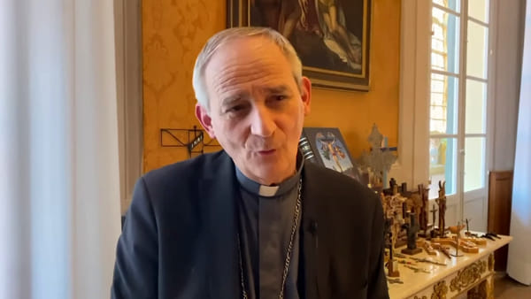 """Coronavirus, Zuppi prega a San Luca: """"Andrò a piedi da solo, ma salirete con me"""""""
