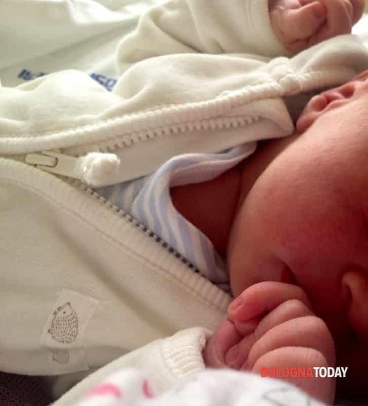 Si improvvisa ostetrico e fa nascere Alex: papà teleguidato dall'infermiera del 118