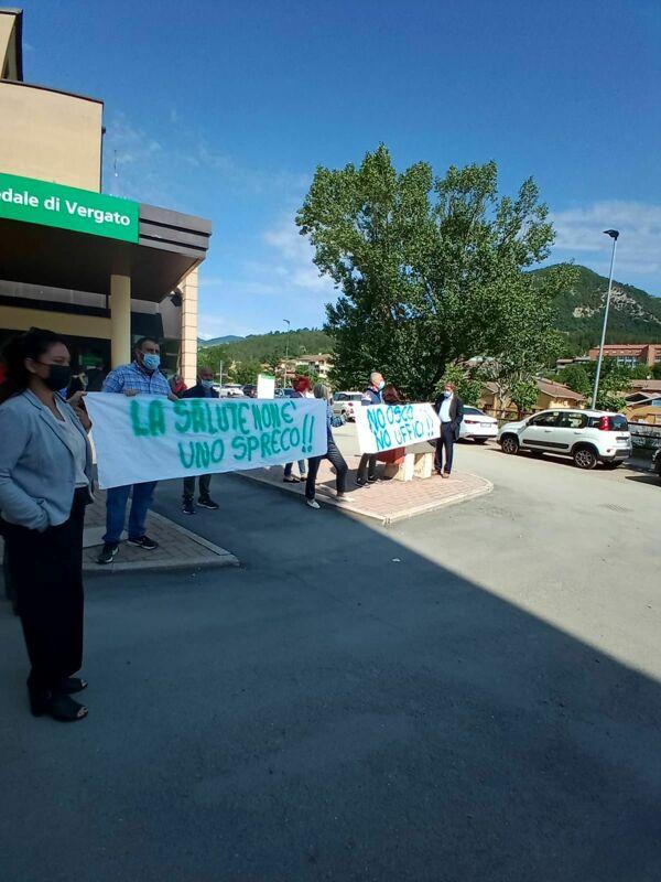 """Cittadini protestano davanti l'ospedale di Vergato: """"Vogliamo più servizi e il pronto soccorso h24, non più uffici"""""""