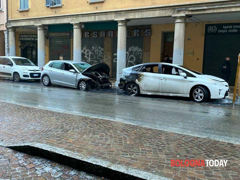 Incendio in via San Felice: bruciano due auto