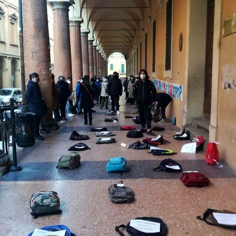 Scuola, l'onda di protesta anti-DAD non si arresta. Nuova mobilitazione a Bologna