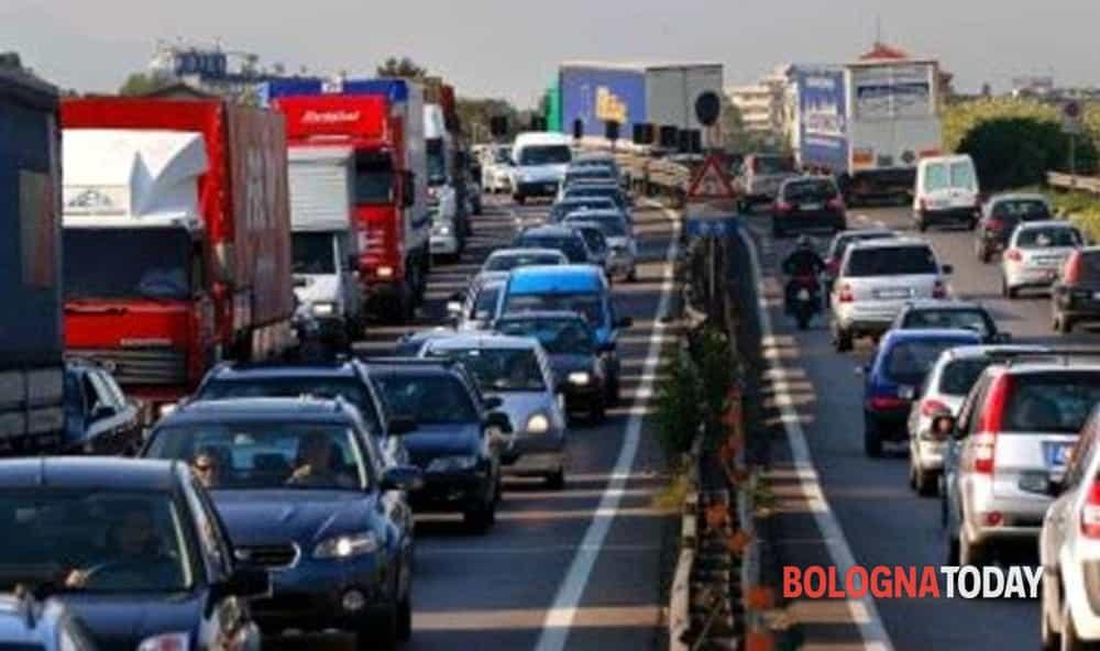 Incidente sulla A1: scontro tra camion, traffico in tilt