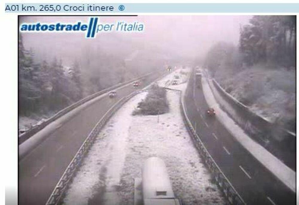 Allerta meteo in A1: tratti chiusi, nevica sulla Bologna-Firenze