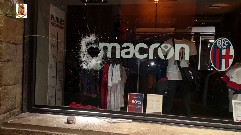 Rompono la vetrina e rubano capi nello store Macron: tre minori nei guai