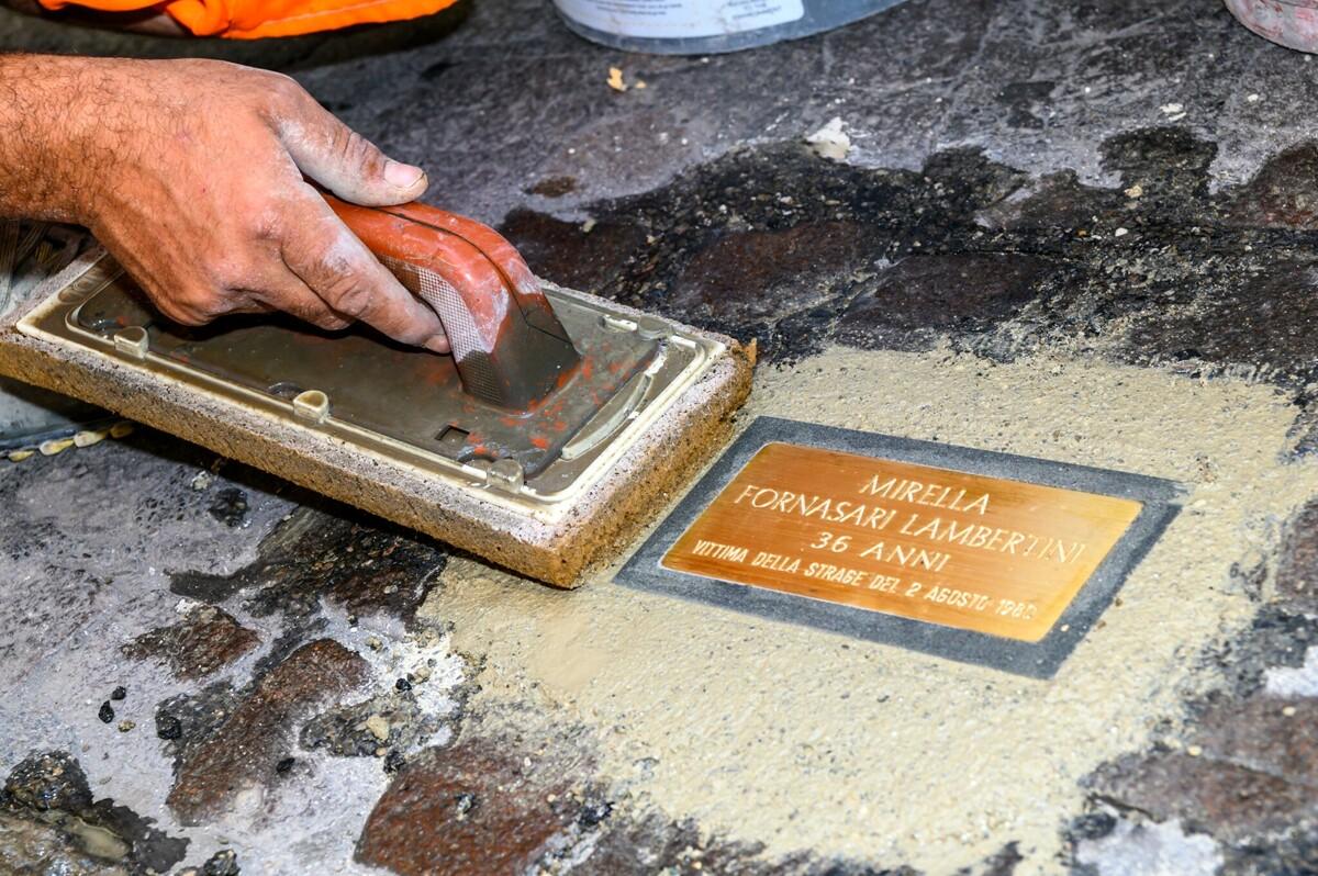 """Dal Nettuno alla Stazione: 85 """"sampietrini della memoria"""" ricordano le vittime del 2 agosto"""