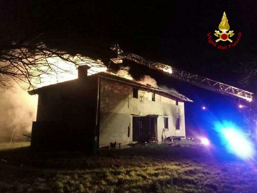 Galliera, a fuoco casa di campagna: tetto distrutto