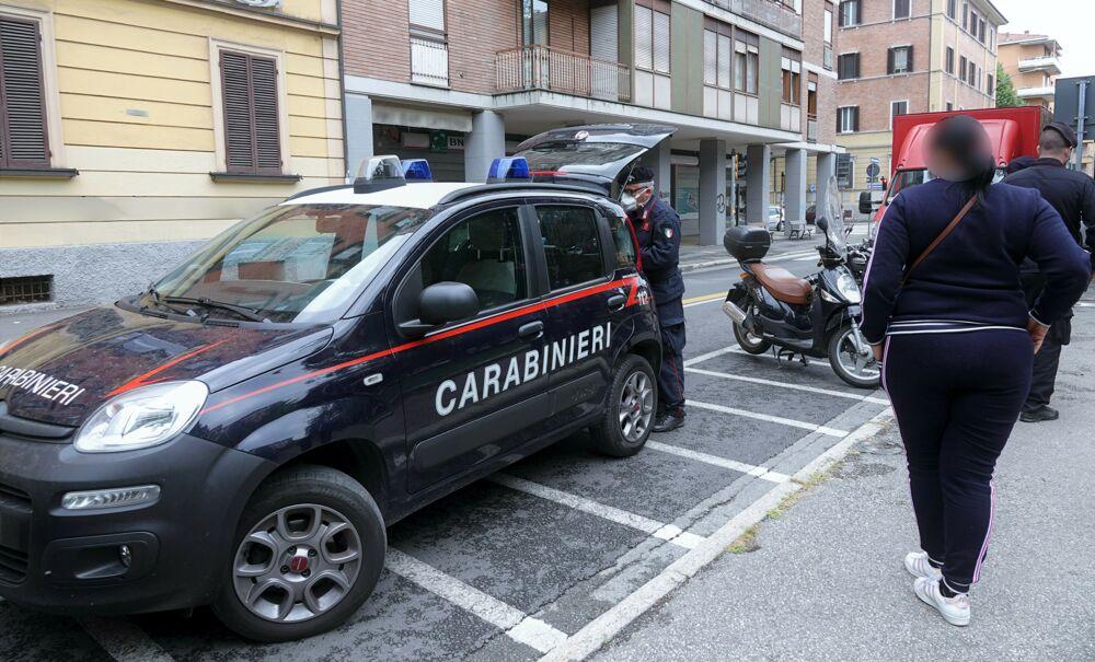 Accoltellato in piazza in Bolognina: è caccia all'autore