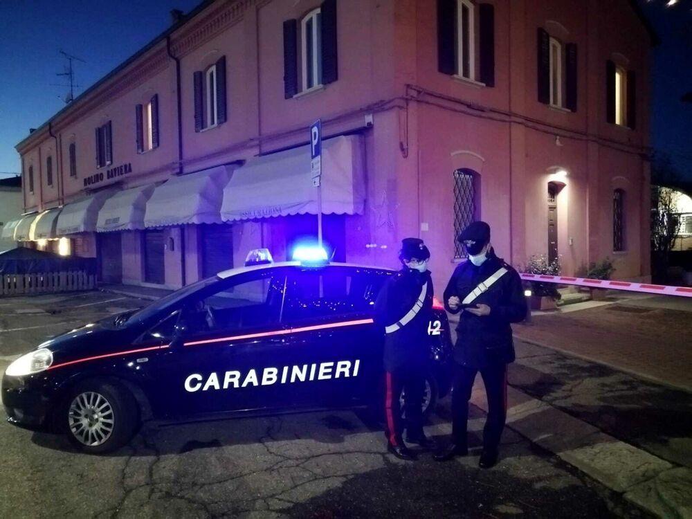 """Sola il giorno di Natale, chiama i Carabinieri e li aspetta con le valigie pronte: """"Portatemi voi da mio figlio"""""""